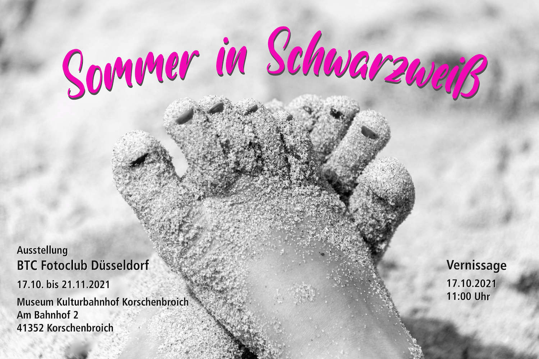 """Einladung zur Ausstellung """"Sommer in Schwarzweiß"""" mit Sommermotiv und dem Text: Ausstellung vom 17.10. bis 21.11. im Museum Kulturbahnhof Korschenbroich, Am Bahnhof 2, 41352 Korschenbroich. Vernissage am 17.10.2021 um 11 Uhr"""